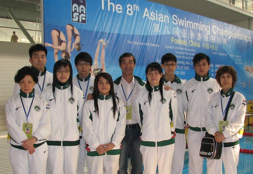 8ASC澳門游泳代表團團長麥志權、領隊余少芬、教練李富嬋與七名泳手攝於世紀蓮游泳館