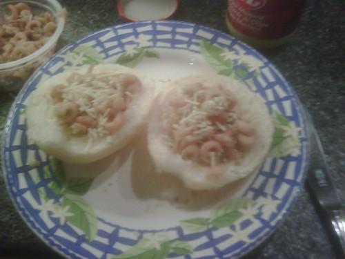 #grijzegarnaal met gemalen kaas en kerriepoeder of mosterd