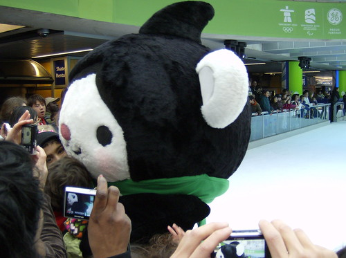 2001 VANCOUVER WINTER OLYMPICS   THE LOOK OF THE GAMES :: THE MASCOTS :::  MIGA + CAMERAS