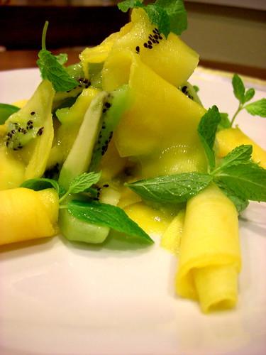 Освежающий салатик с манго, киви и мятой