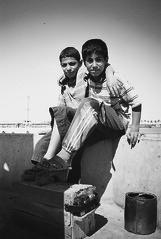 Niños limpiabotas (Iraq, Basora, abril 2002)
