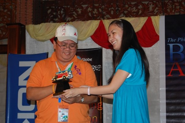Bariles receiving his 3rd award, The Best Destination Blog in Mindanao, from his good friend and soon-to-blushing-bride, Google Philippines Aileen Apolo.