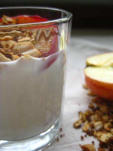 granola ir jogurtas