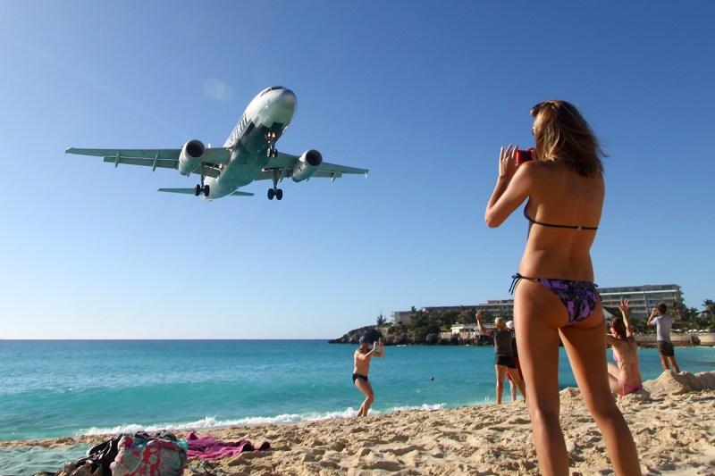 """Пляж """"Махо Бич"""", где находится всемирно известный пляж. Видео, как людей сносит реактивными двигателям авиалайнера. Самолеты пролетают прямо над головой. Всемирно известный пляж """"Махо Бич"""" расположенный на острове Сен Мартен, стал популярным благодаря близости заходящих на посадку пассажирских самолетов. На какой высоте пролетают самолеты на пляже Махо, где находится известный пляж, в чем его опасность и другие интересные факты о пляже Махо (Maho Beach) читайте в нашей статье"""