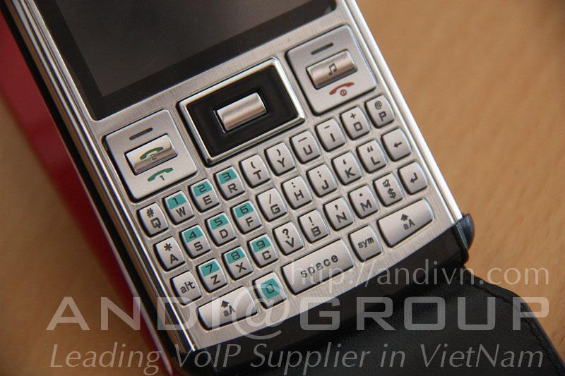 """Điện Thoại 2 SIM 2 Sóng F-mobile B720 được thiết kế khoẻ khoắn, năng động, ấn tượng, phong cách """"qwerty-mini"""" mới . MP3, MP4, Loa ngoài, gửi tin nhắn cho cả nhóm SMS, ghi âm không giới hạn cuộc gọi, WAP, viết bằng bàn phím hoặc bút, Bluetooth, GPRS download, bộ nhớ ngoài, Chất liệu vỏ kim loại -Game cái sẵn độc đáo tank - battle city. Quà khuyến mại đặc biệt: bao da & đồng hồ thời trang .Bàn phím cực kỳ dễ bầm và sử dụng không gì tạo cảm giác sang trọng cho người dùng."""