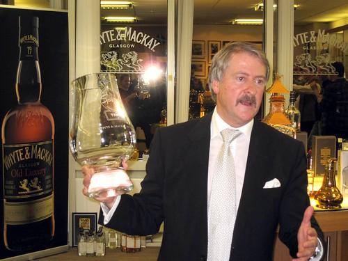 Richard Paterson und der Pokal für ihren 30-jährigen