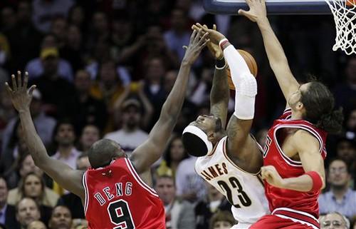 LeBron falal el balón decisivo ante Noah y Deng