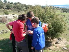 Equipo Piloña.Deporte con un mapa en el cto. de España de Orientación