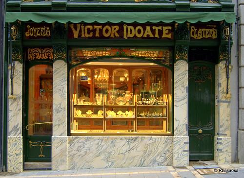 Fachada de la joyería-platería «Víctor Idoate», en la calle Chapitela