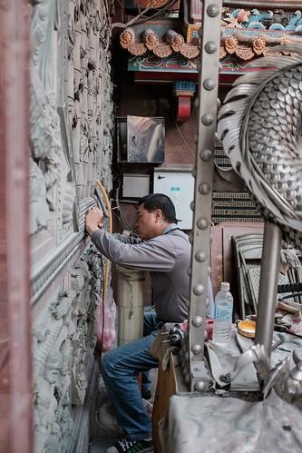 新莊地藏庵|在捐款信徒名字上補油漆的師傅,看他一層一層的將金色油漆上在名字上,手一定要穩,不然就會塗出雕刻範圍。