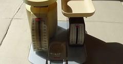 """Die Küchenwaage. Die Küchenwaagen. Zwei mechanische Küchenwaagen stehen auf einer elektronischen Küchenwaage. • <a style=""""font-size:0.8em;"""" href=""""http://www.flickr.com/photos/42554185@N00/34034453521/"""" target=""""_blank"""">View on Flickr</a>"""