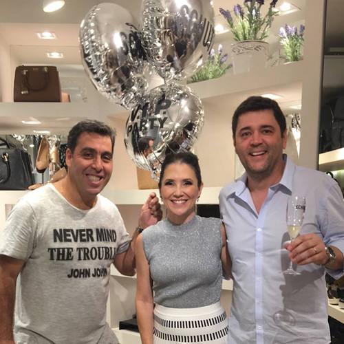 Alessandra entre o representante da Schutz, Rogério, e o marido dela, Murilo Roque