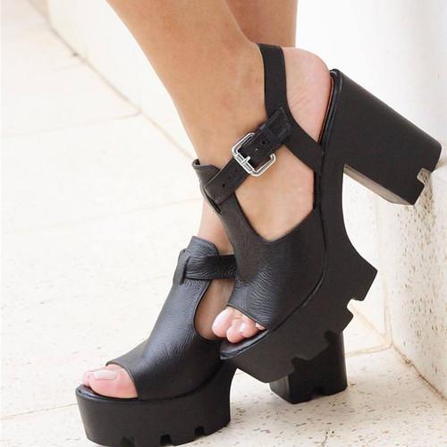 sandália tratorada tão confortável que dá pra ficar de saltão por horas e horas