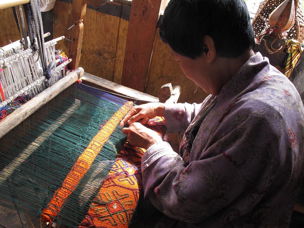 Hình ảnh nữ thợ dệt vải dệt thoi tại làng nghề truyền thống Bhutan