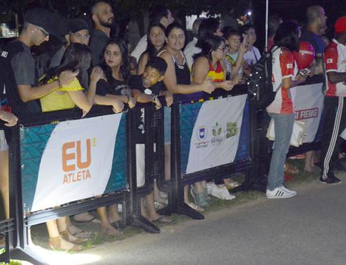 O público participou intensamente, aplaudindo os competidores