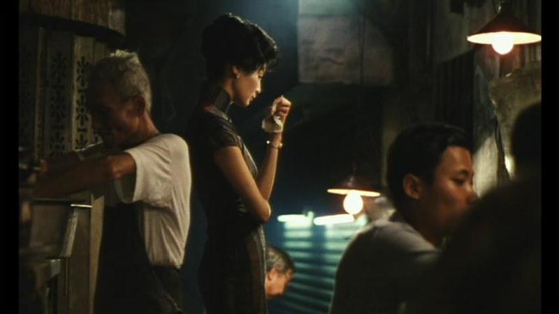 蘇麗珍の着る旗袍が際立って浮いているアパート地下の飲食店。