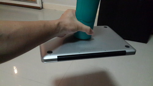 """แรงดูดของ MightyMug นี่ ดูด MacBoom Pro 13"""" ลอยได้สบายๆ"""