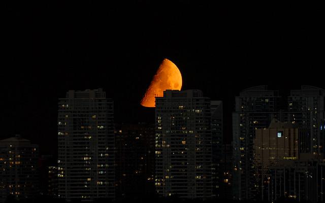 Moon Sets Behind Yonge Street, Toronto por Scott Rogers