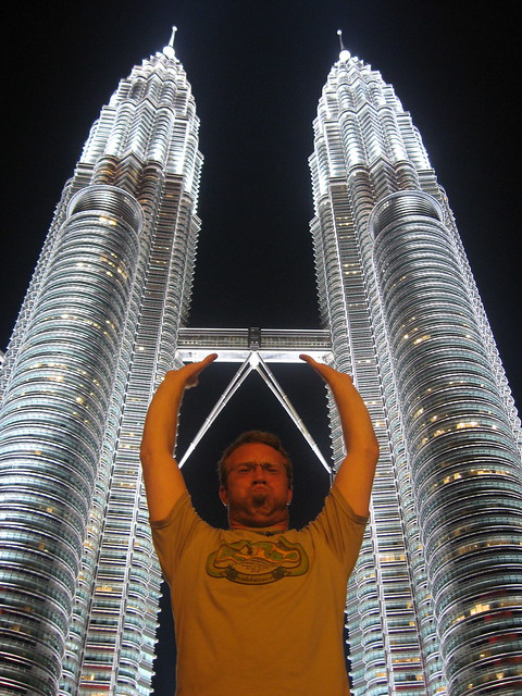 Holding up the Petronas Towers por Claudius Maximus