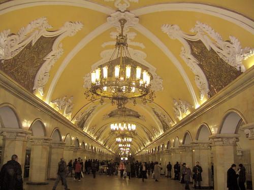 Avenida central en la estación de Komsomolskaya, en el metro de Moscú
