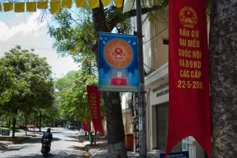 Wahlplakat und Flaggen