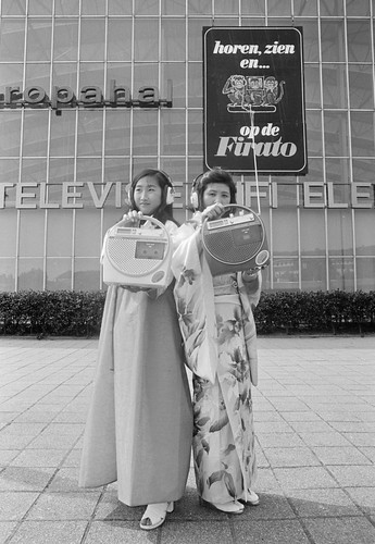 Japanse meisjes tonen radio-cassettercorders / Japanese girls demonstrate radio - cassette players
