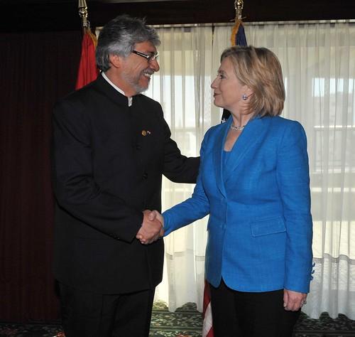 Fernando Lugo se despide de la representante de los Estados Unidos, Hillary Clinton, al termino de reunion vilateral  en el marco de la  asunción del nuevo presidente uruguayo