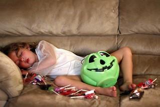 Foto av peasap på sovande flicka i soffa