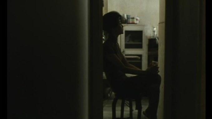 心のように暗い部屋で旗袍の輪郭と身体の輪郭がくっきりする