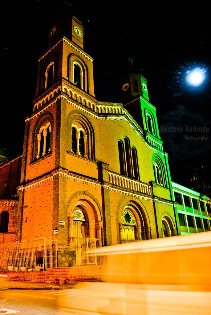 Imagen de la Iglesia San Francisco en Armenia, Quindio durante la Noche