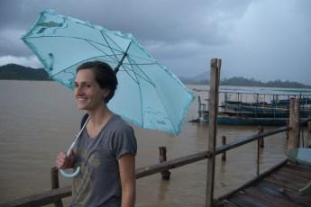 Cornelia mit Schirm am Ho Lak