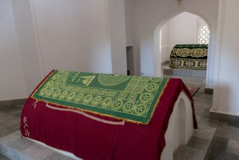 Vervolgens ging hij dood in Pakistan en toen hebben ze hem hier begraven. Waarom? Dat weet bijna niemand.