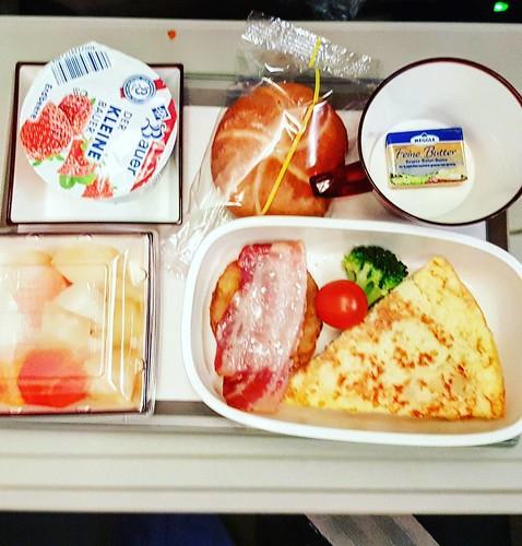 Das Omelette war leider furtchbar. Geschmacksneutral. #ketoseportal #flugzeugessen #airplanefood #airplanefoodporn
