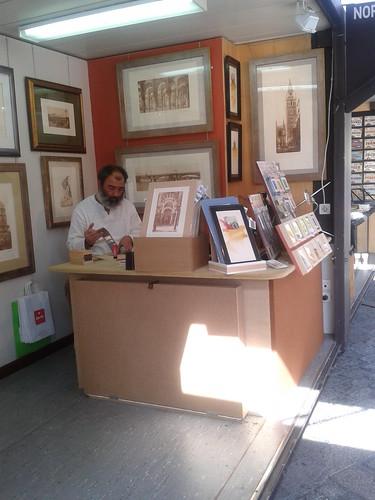 Un hombre usando el pegamento de barra para crear una artesanía