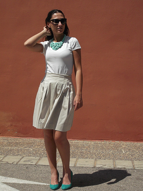 basic outfit, total beige look, pleated skirt, top, aqua green shoes, necklace, bib, Prada sunnies, cat eye, wicker bassinet, look básico, falda tableada, zapatos verde agua, collar babero, gafas de sol, capazo de mimbre