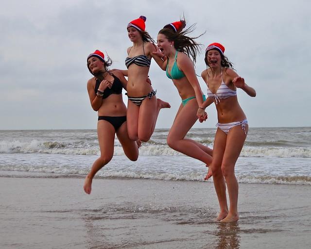 vier meiden springen bij de nieuwjaarsduik te scheveningen