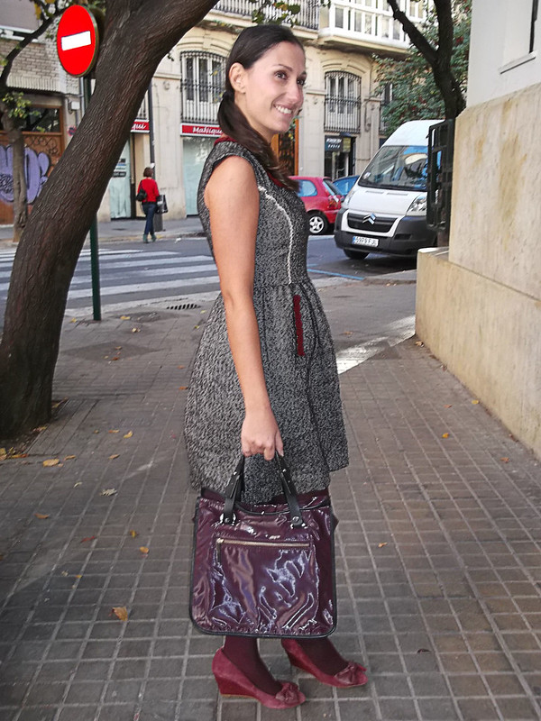 Burgundy, vestido, tweed gris, ribetes granates, preppy, medias, granate, zapatos de cuña con lazo, bolso granate, dress, grey tweed, maroon trim, stockings, wedge shoes with bow, bag, Holy Preppy, Calzedonia, Bimba & Lola, Zara