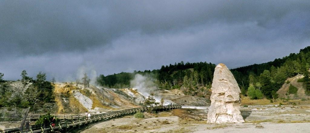 Liberty Cap formacion rocosa Mammoth Hot Spring Parque Nacional de Yellowstone EEUU 10