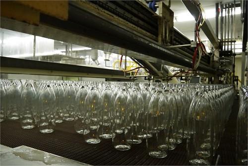 冷却中のビンたち@日本山村ガラス東京工場
