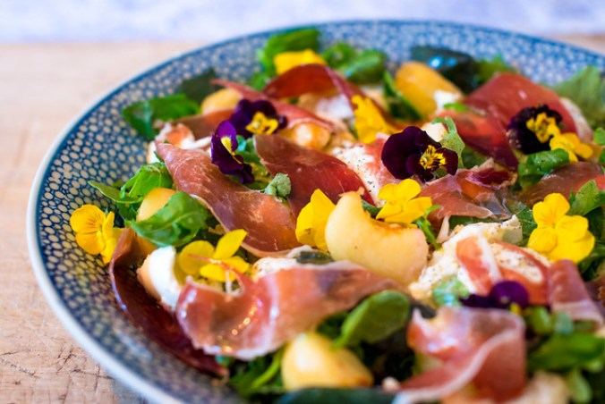 Barokke salade met perzik, mozzarella en ham