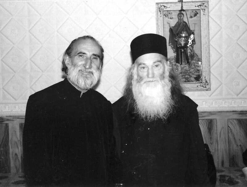 Doi sfinţi ai închisorilor, în anul 1995: Părintele Constantin Voicescu şi Părintele Justin Pârvu, vegheaţi tainic de Maica Domnului, la Mănăstirea Petru Vodă