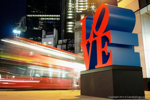 "Robert Indiana's ""Love"" Sculpture, City of London por Mark Carnaby"