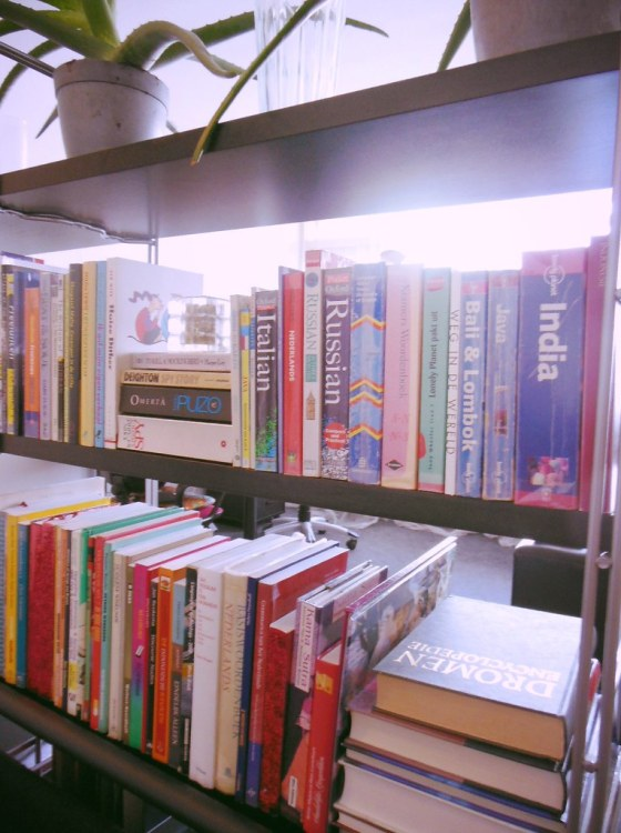 The 5 categories to organize physical books and declutter your bookshelf by Lia Belle