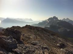 Ausblick Gipfel Seekofel mit Drei Zinnen im Hintergrund