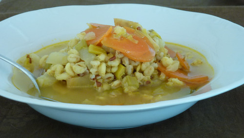 zuppa di orzo con verdure alla curcuma