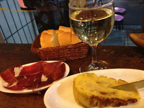 白ワインと生ハムとオムレツ@スペインバル ティオ・ダンジョウ