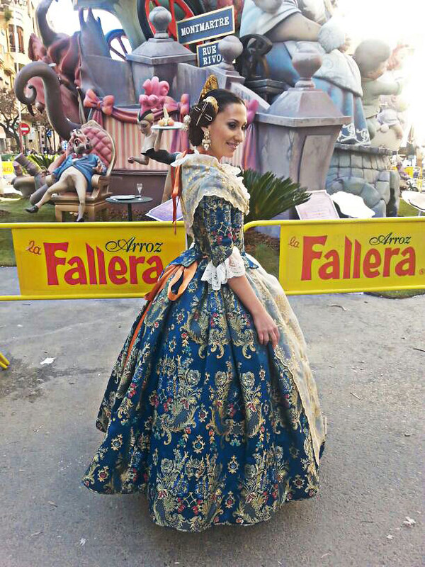 Fallas, fallera, Ofrenda, Valencia, traje, aderezo, moños, fiesta regional