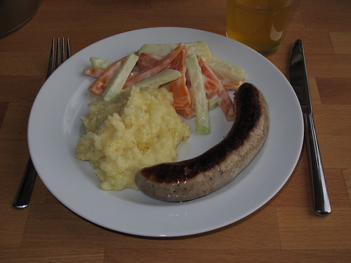 Bratwurst zu Kartoffelpüree und Kohlrabi-Möhren-Gemüse