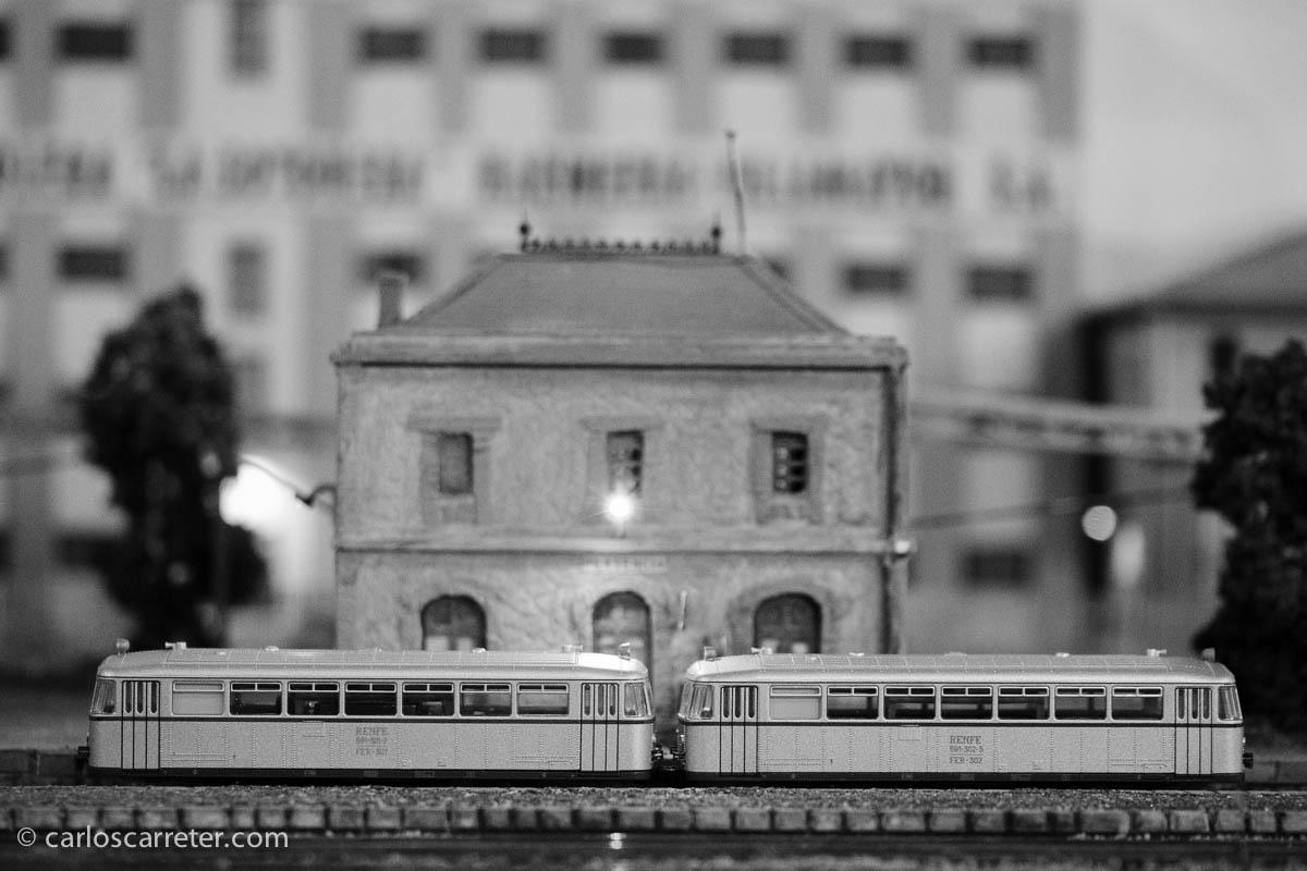 Con iluminación casi nocturna, el ferrobés espera su turno de slaida en la estación