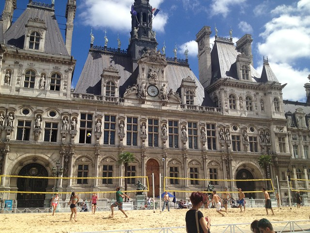 Beach volleyball in front of Hotel de Ville